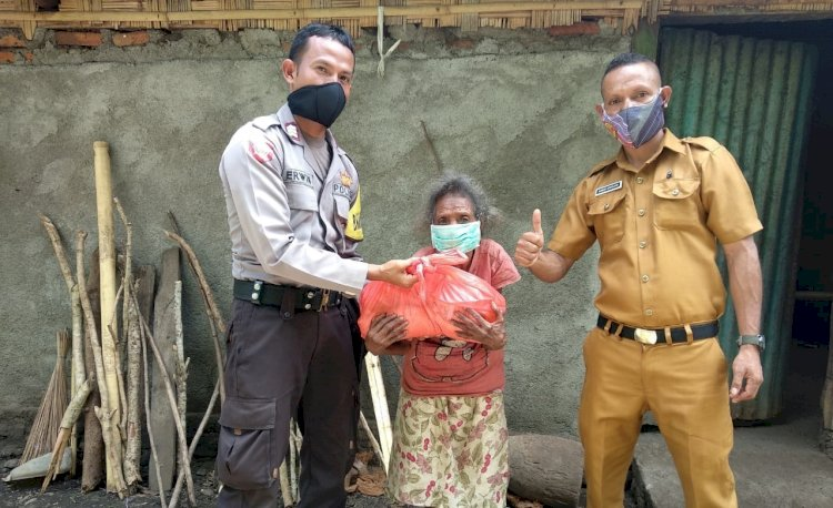 Bhabinkamtibmas Kecamatan Alor Tengah Utara Bersama Kepala Desa Bagikan Sembako Kepada Masyarakat Kurang Mampu
