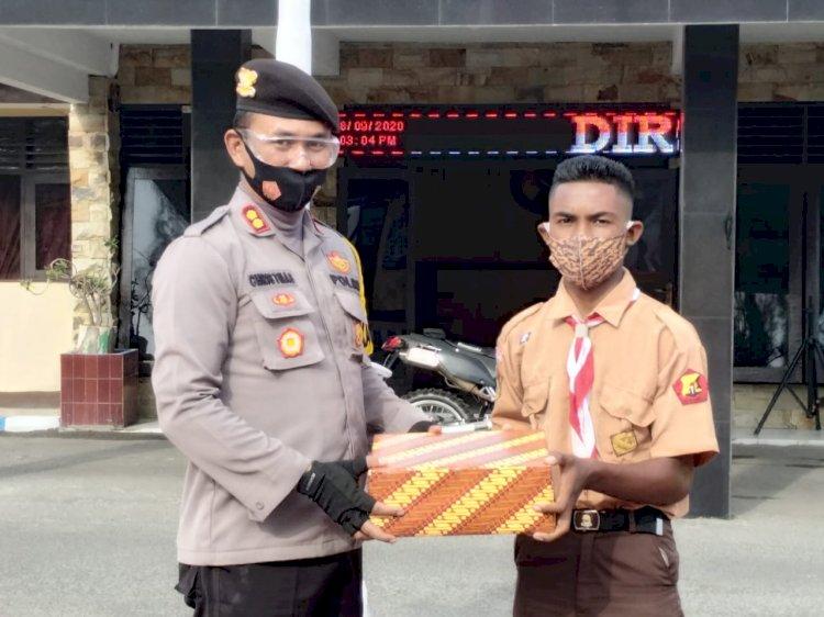 Kapolres Alor Beri Hadiah ke Hamka Salama Atas Aksi Heroiknya Panjat Tiang Bendera