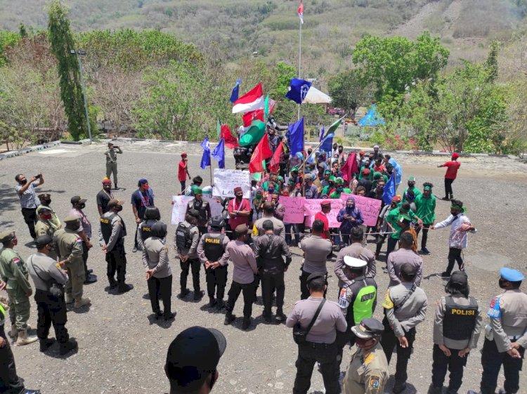 Polres Alor Lakukan Pengamanan Aksi Unjuk Rasa Jilid II dari Mahasiswa di Kantor DPRD Kab. Alor