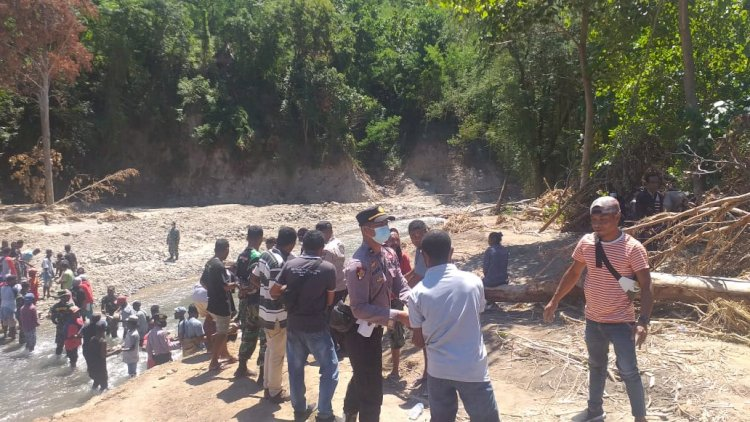 Sinergitas TNI Polri Dan Warga Dalam Pembuatan Jembatan yang Rusak Akibat Bencana Alam