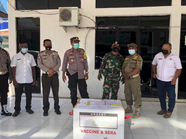 Polres Alor Laksanakan Pengamanan dan Pengawalan Kotak Vaksin Covid-19 dari Bandara Mali Menuju Gudang Penyimpanan Vaksin Dinas Kesehatan Kab. Alor