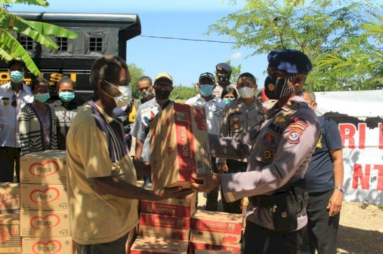 Satbrimoda NTT Serahkan Bantuan Dari Dankorbrimob Polri di Desa Mata Air