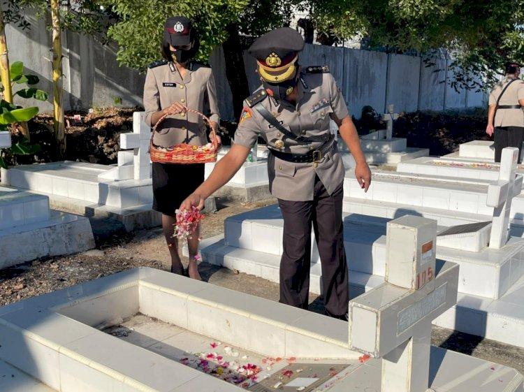 Peringati Hari Bhayangkara ke-75, Jajaran Polda NTT Ziarah Rombongan ke TMP Dharma Loka Kupang
